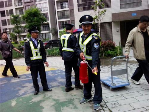 四团物业组织保安学习消防知识